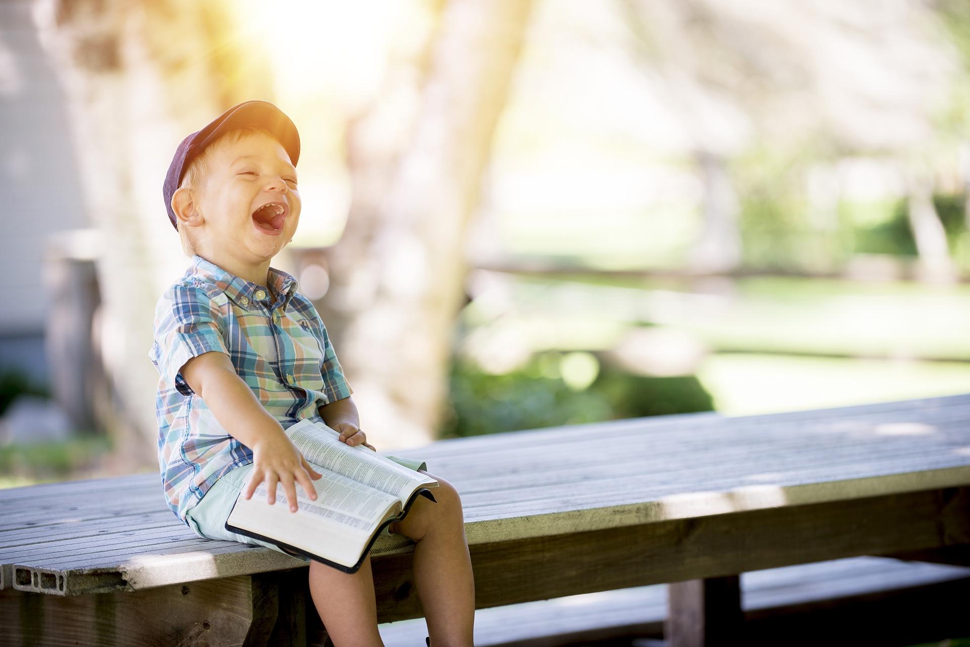 イスに座って笑う子供