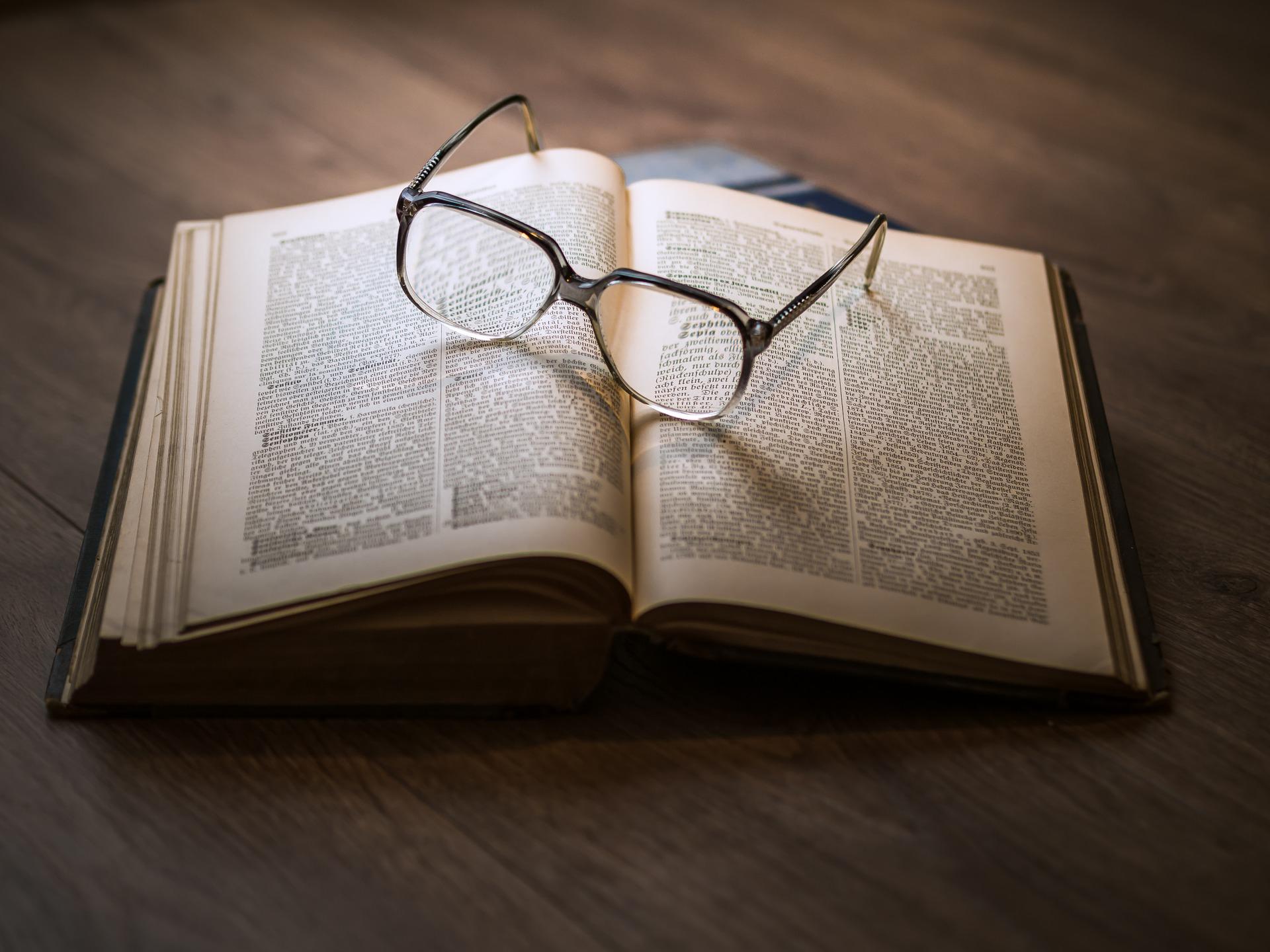 本の上のメガネ