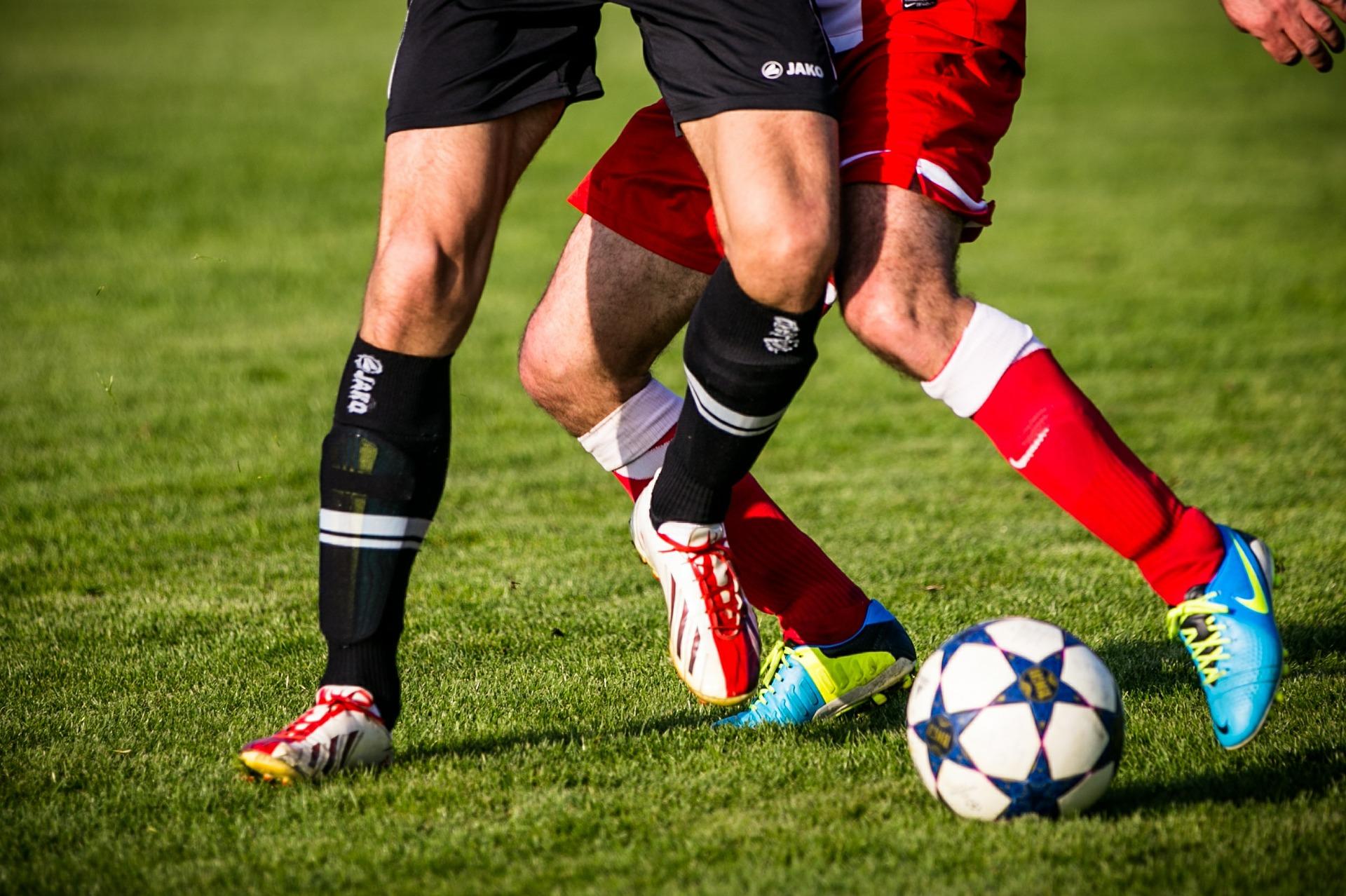サッカーボールを取り合う2名の選手