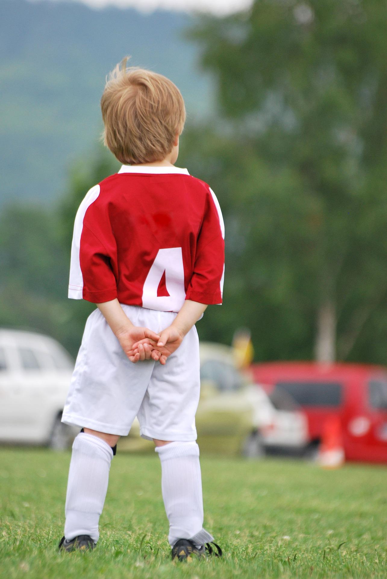 サッカーグランドに立つ少年