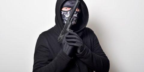 黒いマスクをかぶった人