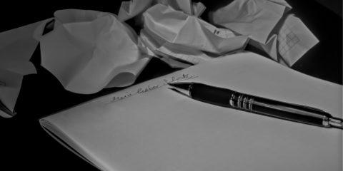 白い紙とボールペン