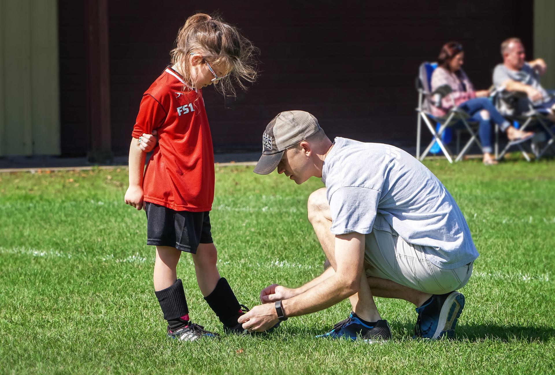 サッカーコーチと子ども