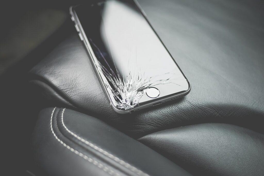 ソフトバンクの半額サポート適用中に起こった悲劇!iPhoneにヒビが入ったら2万支払いが必要か?