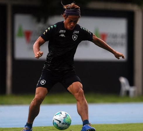 サッカー選手の本田圭佑選手のボールキープシーン